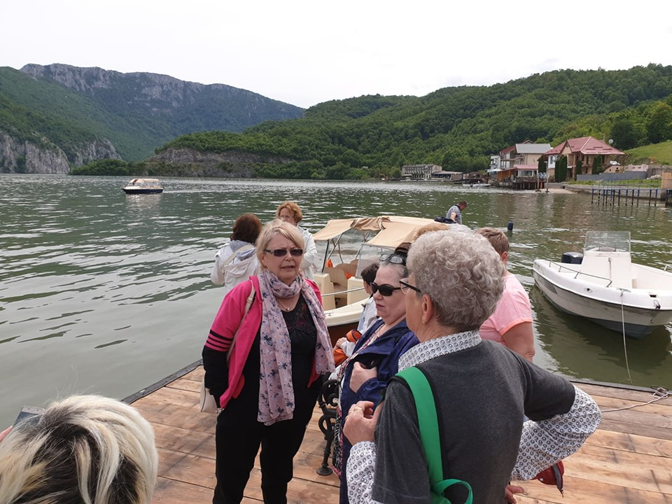 pensionari in vacanta la plimbare cu barca