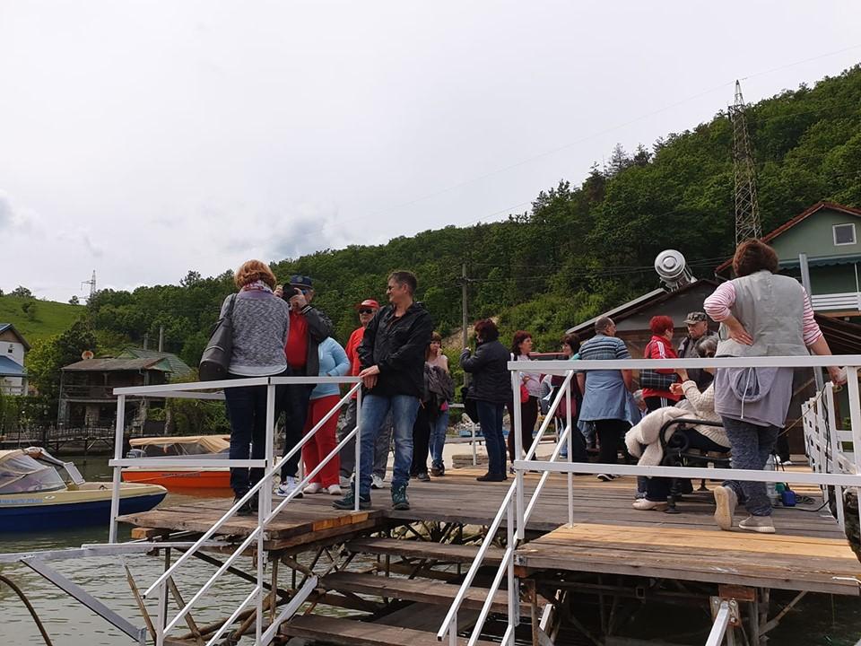 Pensionarii asteptand pe ponton sa fie inbarcati