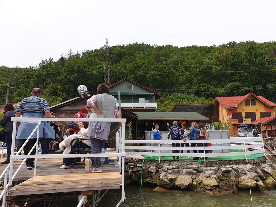 Pe ponton in asteptare pentru plimbare cu barca