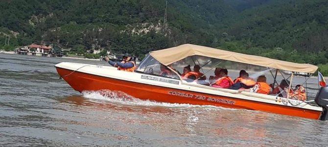 Excursie pentru suflet – plimbare cu barca